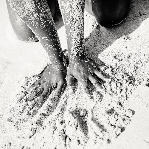hands_in_the_sand_fotocred_fotograf_petra_bjorstad